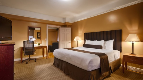 https://suiteness.imgix.net/destinations/new-york/best-western-plus-hospitality-house/suites/two-bedroom-apartment-suite-king-queen/king-master-bedroom.jpg?w=96px&h=64px&crop=edges&auto=compress,format