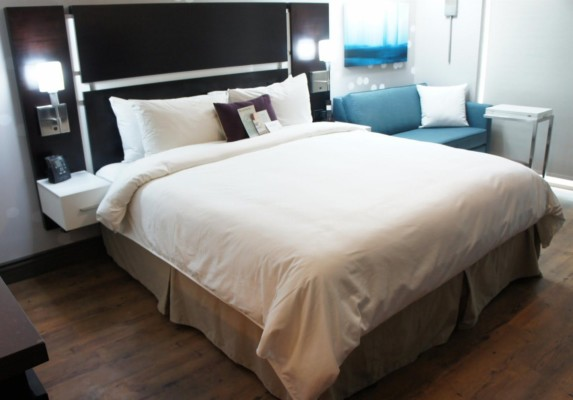 https://suiteness.imgix.net/destinations/new-york/homewood-suites-new-york-midtown-manhattan-times-square/suites/1-king-bed-1-bedroom-suite-1-king-bed-efficiency-studio-with-sofa-non-smoking/king-bed.jpg?w=96px&h=64px&crop=edges&auto=compress,format