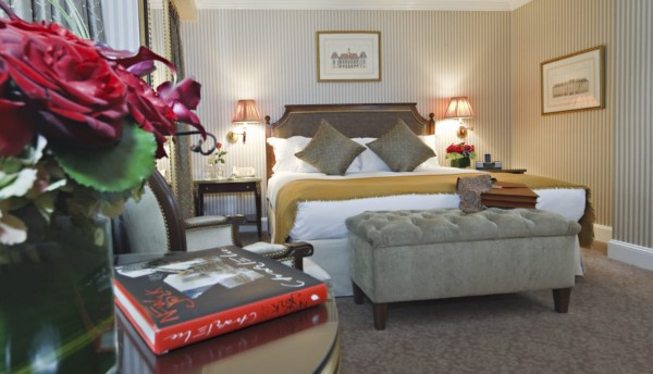 https://suiteness.imgix.net/destinations/new-york/hotel-plaza-ath-n-e-new-york/suites/two-bedroom-suite/ny-plaza%20athenee-2%20bedroom%20suite-bed.jpg?w=96px&h=64px&crop=edges&auto=compress,format