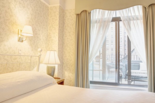 https://suiteness.imgix.net/destinations/new-york/roger-smith-hotel/suites/premium-suite/bedroom-1.jpg?w=96px&h=64px&crop=edges&auto=compress,format